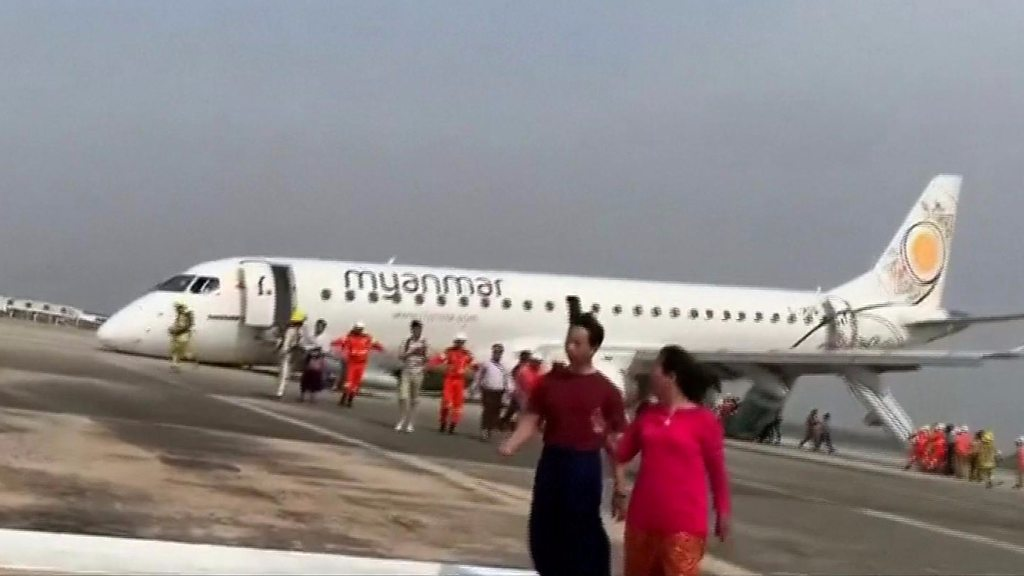 Pilot lands plane without front wheels